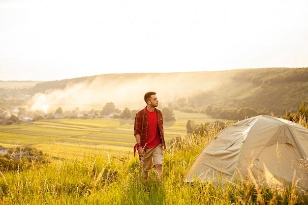 Man kamperen in de natuur