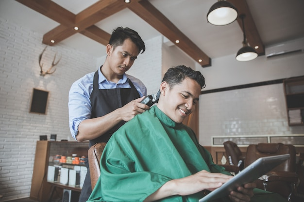 Man kapsel krijgen door kapper op barbershop