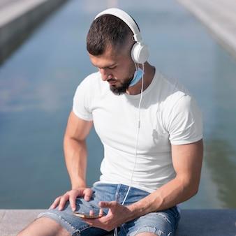 Man kijkt door zijn telefoon