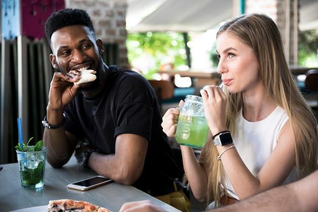 Man kijkt naar de vrouw aan de tafel