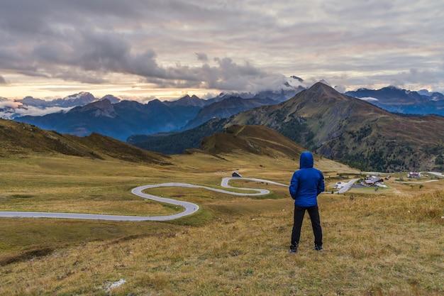 Man kijkt naar het landschap op de passo guiau in de dolomieten italië