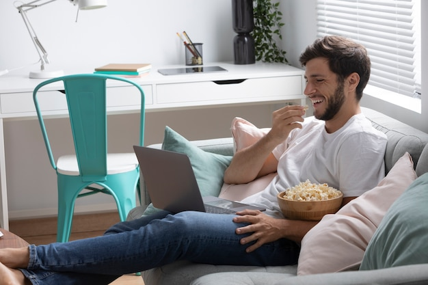 Man kijkt naar zijn favoriete film op een laptop