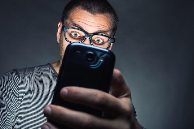 Man kijkt naar zijn smartphone