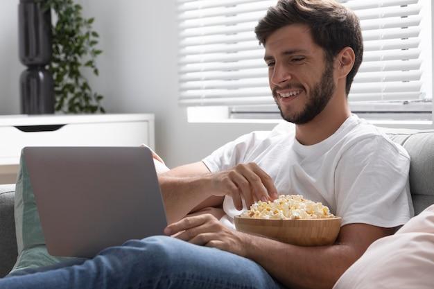 Man kijkt thuis netflix op zijn tablet