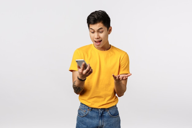 Man klaagt mobiel internet erg traag, kan applicatie niet goed downloaden, handen agressief en lastig vallen, verliezen, online video kijken en teleurstellen, telefoon vasthouden