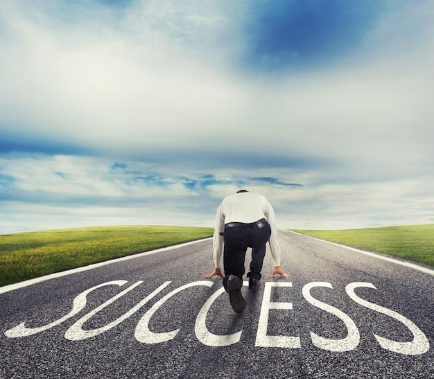 Man klaar om op een succesvolle manier te rennen. concept van het succesvolle opstarten van zakenman en bedrijf