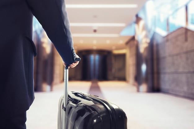 Man klaar om te reizen met bagage