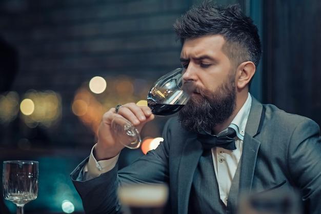 Man klant zit in café alcohol drinken Premium Foto
