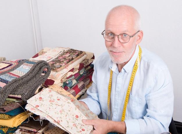Man kleermaker stof kiezen