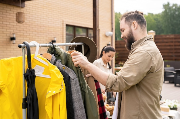 Man kleren kiezen bij werfverkoop
