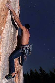 Man klimmen op een berg met veiligheidsuitrusting