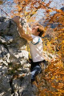 Man klimmen rots