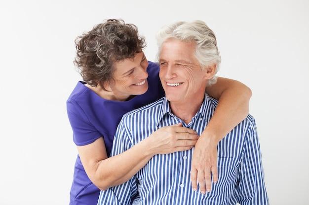 Man knuffelen positieve volwassen zorg