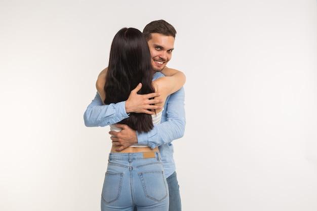 Man knuffelen zijn vriendin geïsoleerd op wit