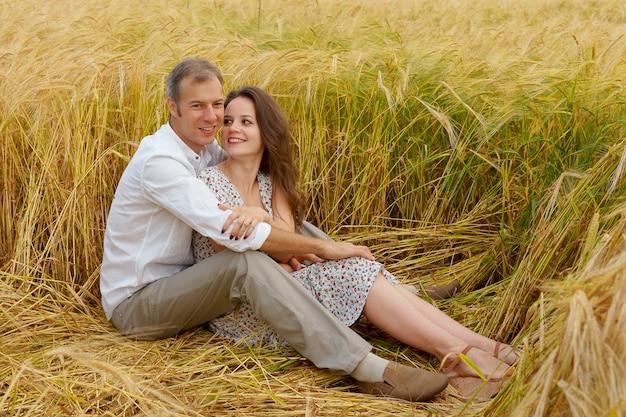 Man knuffelt vrouw op een tarweveld, liefdespaar