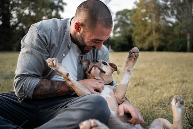 Man knuffelt zijn vriendelijke pitbull