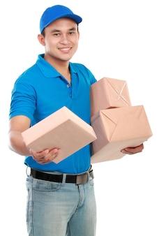 Man koerier met pakketten