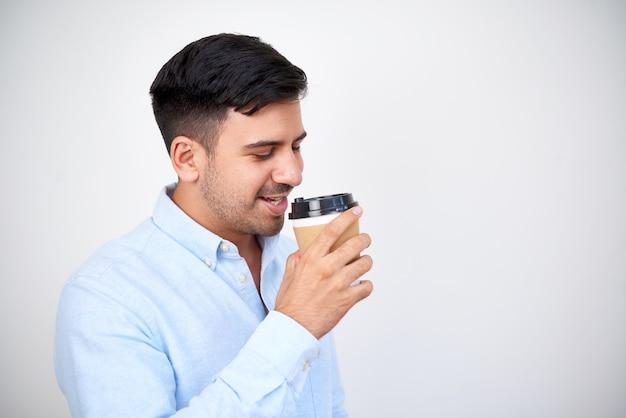 Man koffie drinken