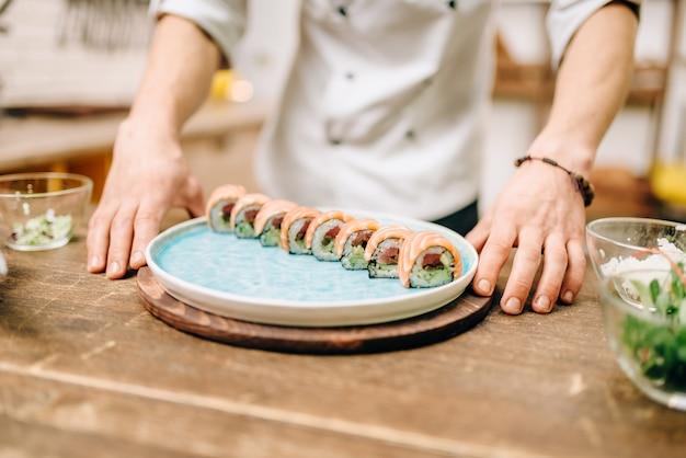Man koken sushi rolt, japanse keuken