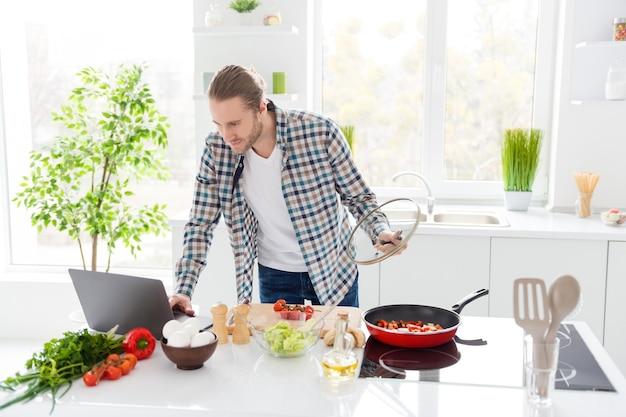 Man kookt in de moderne keuken