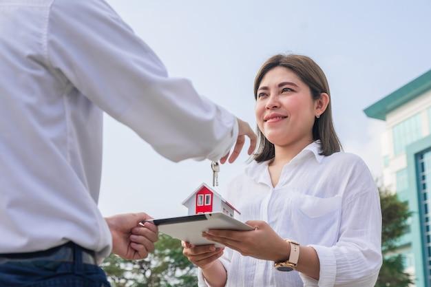 Man koopt een huis voor zijn vrouw