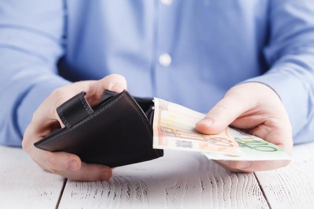 Man krijgt geld uit de portemonnee