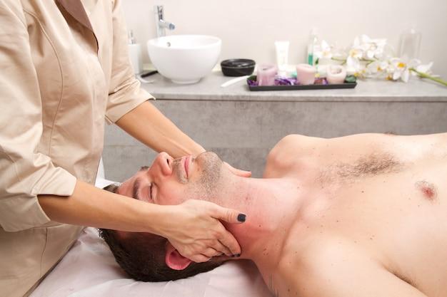 Man krijgt massage in het schoonheidscentrum