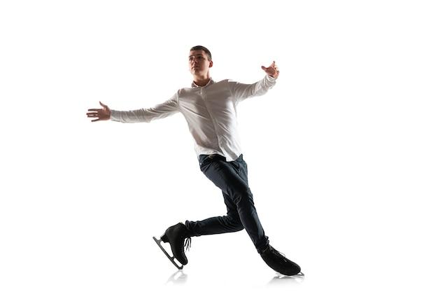 Man kunstschaatsen geïsoleerd. professioneel oefenen en trainen in actie en beweging op ijs. sierlijk en gewichtloos. concept van beweging, sport, schoonheid.