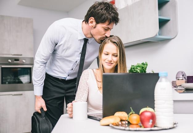 Man kust zijn vrouw vaarwel voordat hij naar zijn werk gaat