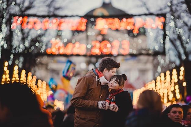 Man kuste het voorhoofd van zijn vriendin aan het eind van het jaar