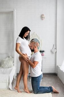 Man kuste zijn vrouw buik
