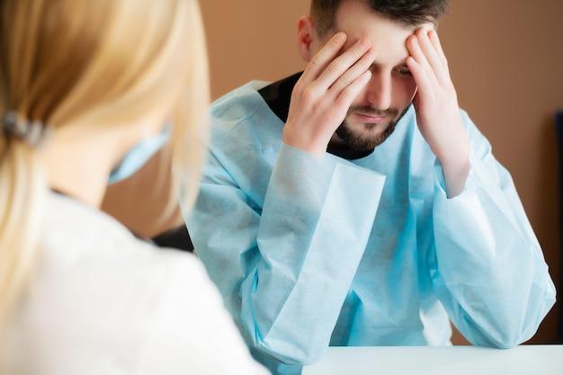Man leert over de teleurstellende diagnose in het kantoor van de dokter.