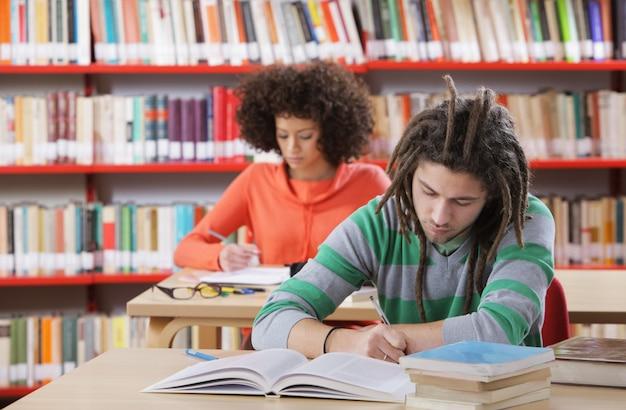 Man lees boek in de bibliotheek