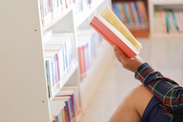 Man leest. boek hem in de bibliotheek.