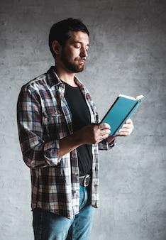 Man leest. boek in zijn handen. onderwijs, ontwikkeling, kennis