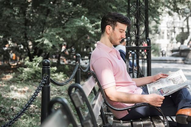 Man leest de krant op de bank