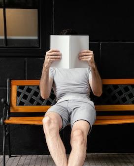 Man leest een interessant boek