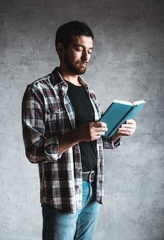 Man leest met een boek in zijn handen.