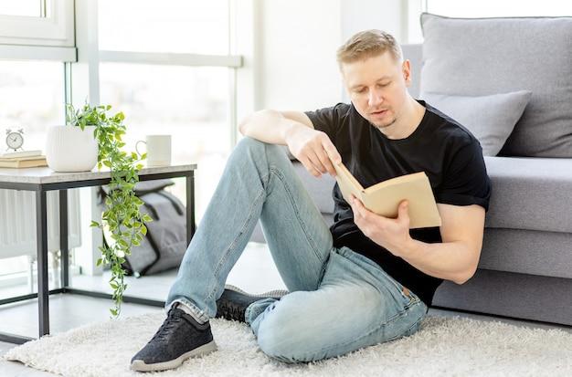 Man leest papieren boek