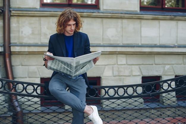 Man leest tijdens het rusten