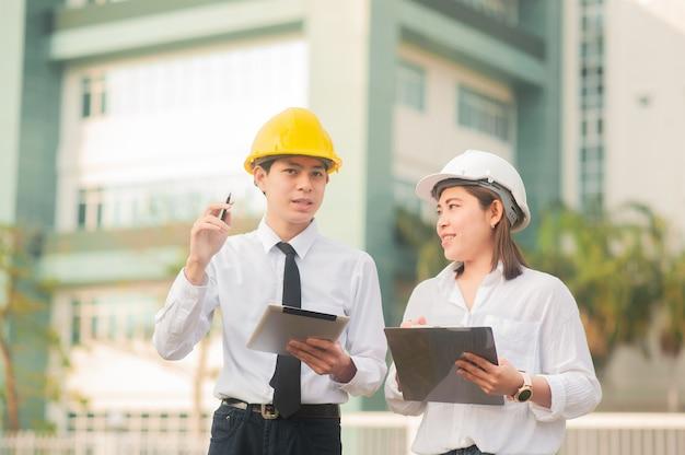 Man legt vrouwen uit voor zakelijke discussie, worker teamwork pratend architect-project
