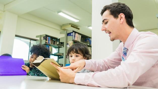 Man leraar en kind student leren met boek op boekenplank achtergrond