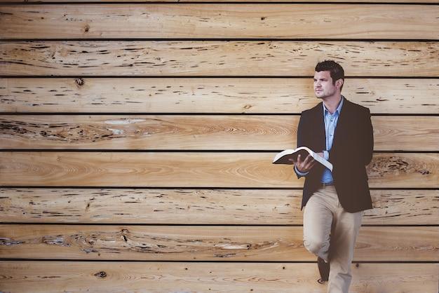 Man leunend op houten muur