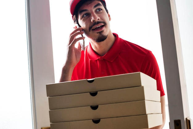 Man levering pizza aan klant
