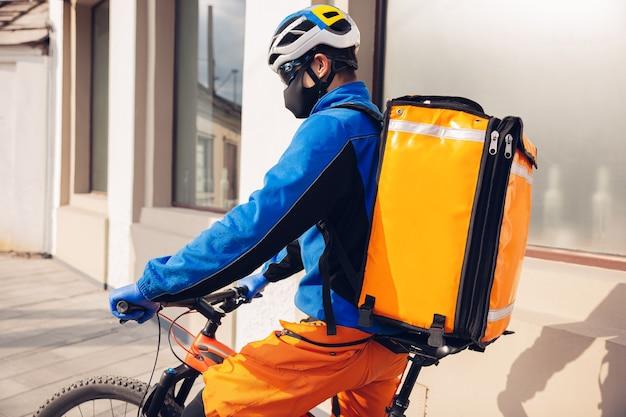 Man levert voedsel en boodschappentassen af tijdens isolatie