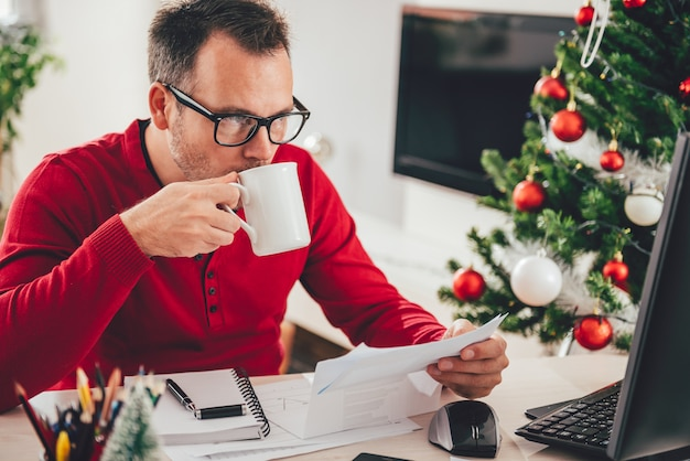 Man lezen brief en koffie drinken
