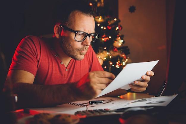Man lezen brief late nacht thuis kantoor