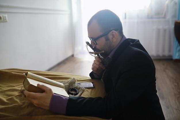 Man lezen en bidden uit de heilige bijbel in de buurt van het bed in de avond. christenen en bijbelstudie concept. het woord van god bestuderen in de kerk.