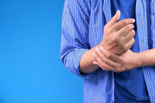 Man lijden pijn in de hand close-up.