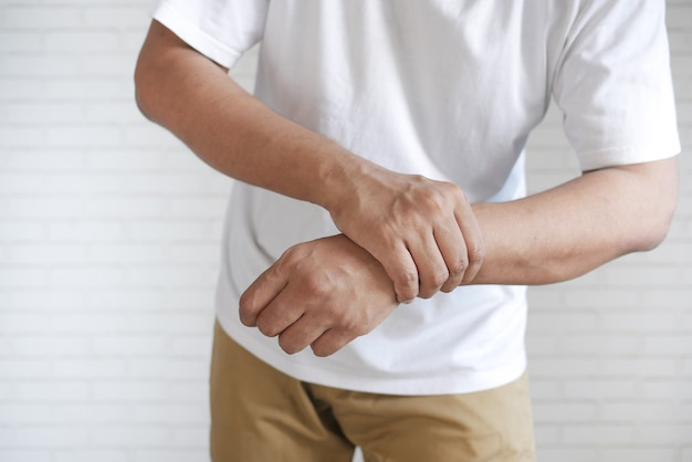 Man lijdt aan pijn in de hand close-up